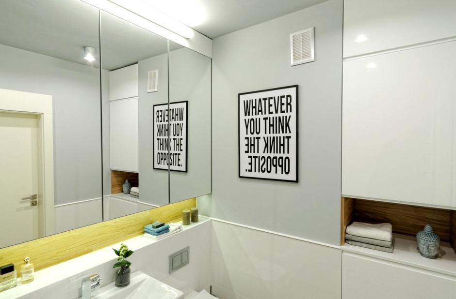 Szafka łazienkowa z lustrem i podświetleniem