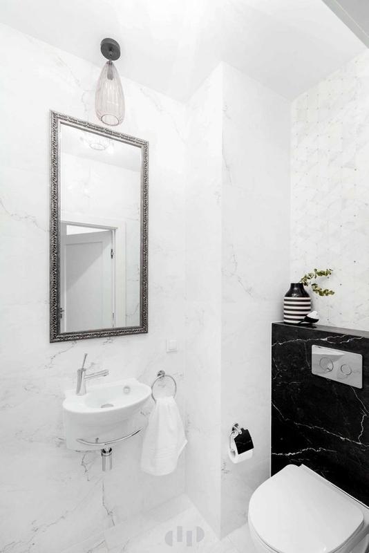 Srebrna rama lustra w marmurowej łazience