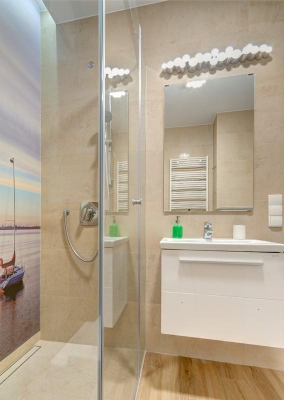 Prostokątne lustro w łazience z fototapetą