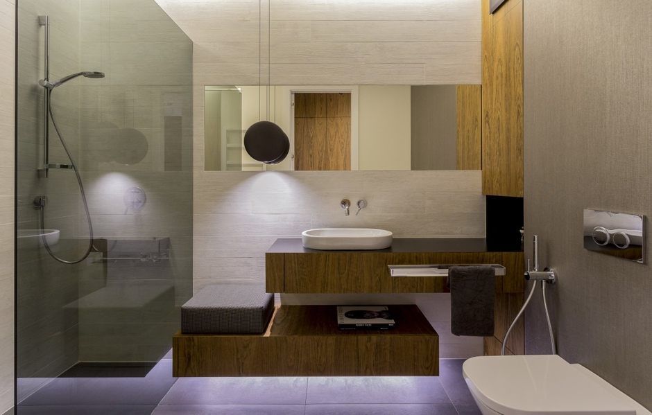 Prostokątne lustro w łazience z drewnem