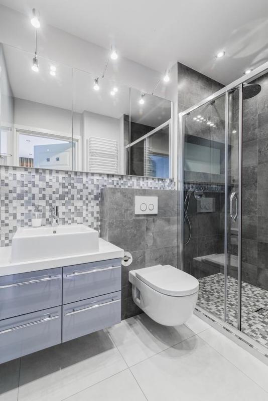 Potrójne lustro w łazience z prysznicem