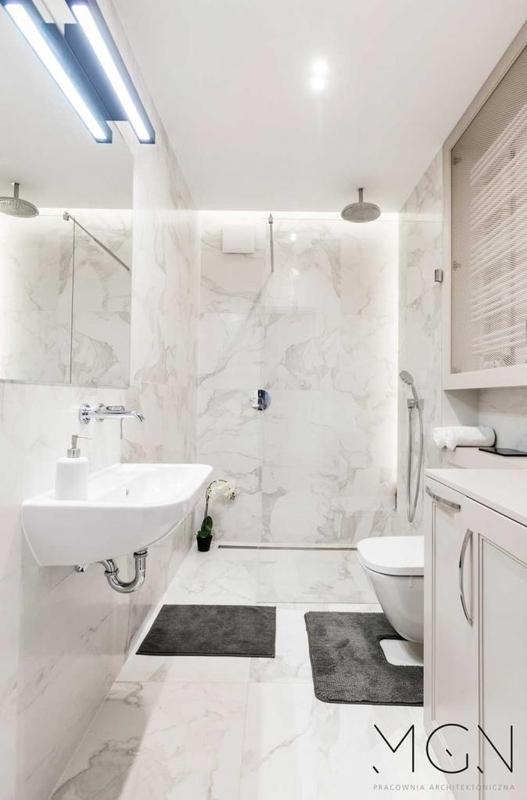 Podświetlenie lustra w łazience z marmurem