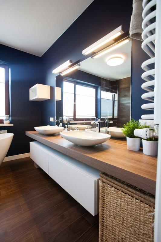 Oświetlenie lustra łazienkowego w łazience dla dwojga