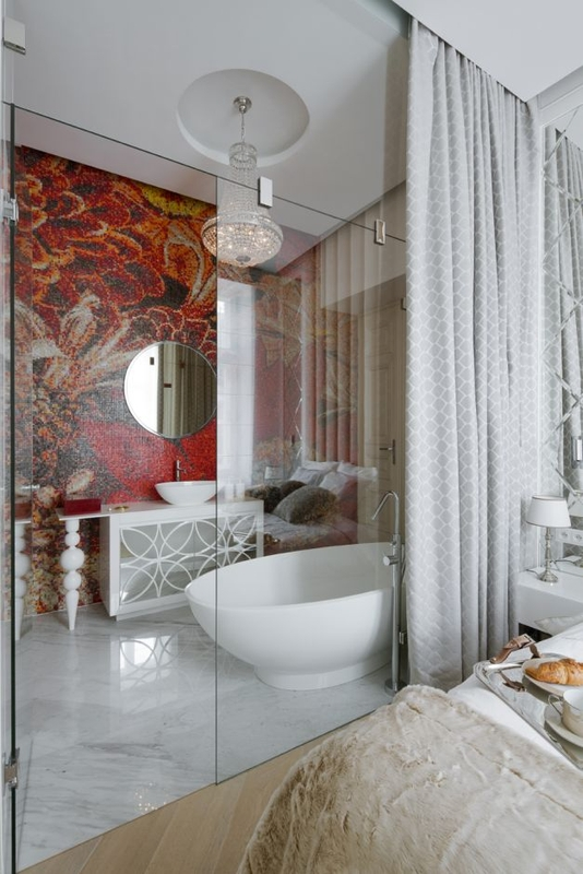 Okrągłe lustro w łazience z mozaiką na ścianie