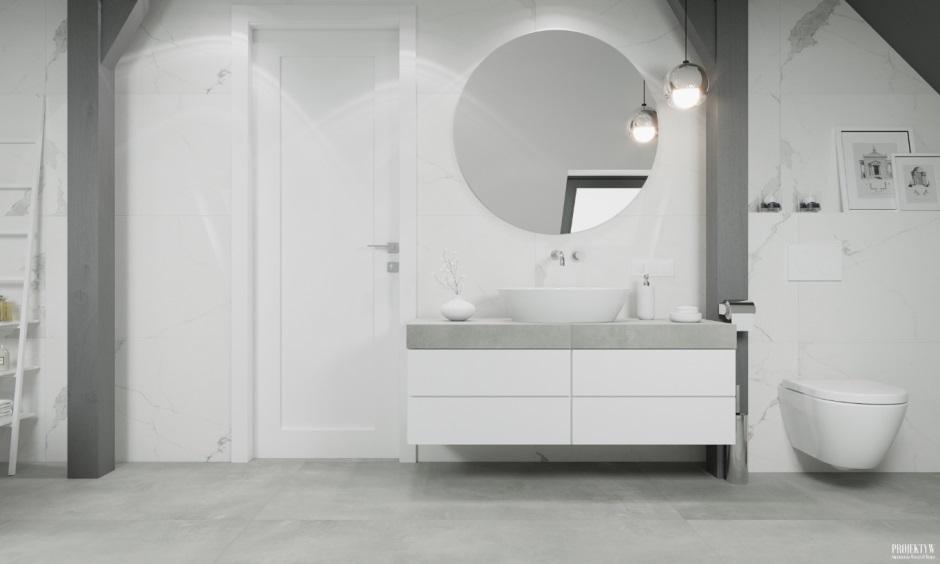 Okrągłe lustro w dużej łazience na poddaszu
