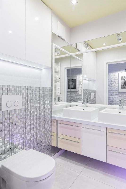 Metalaliczna mozaika oraz duże lustro w aranżacji łazienki