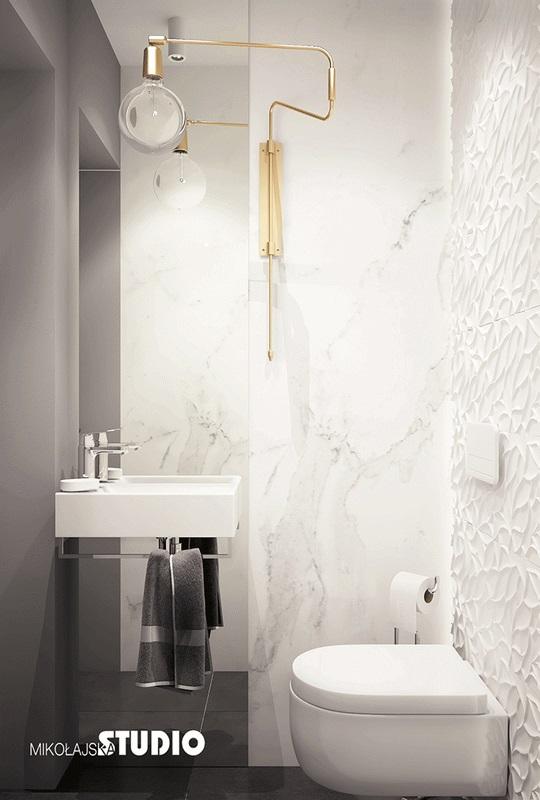 Mała łazienka z lustrem od sufitu do podłogi