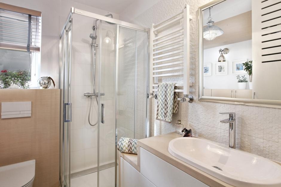 Lustro ze srebrną ramą w jasnej łazience