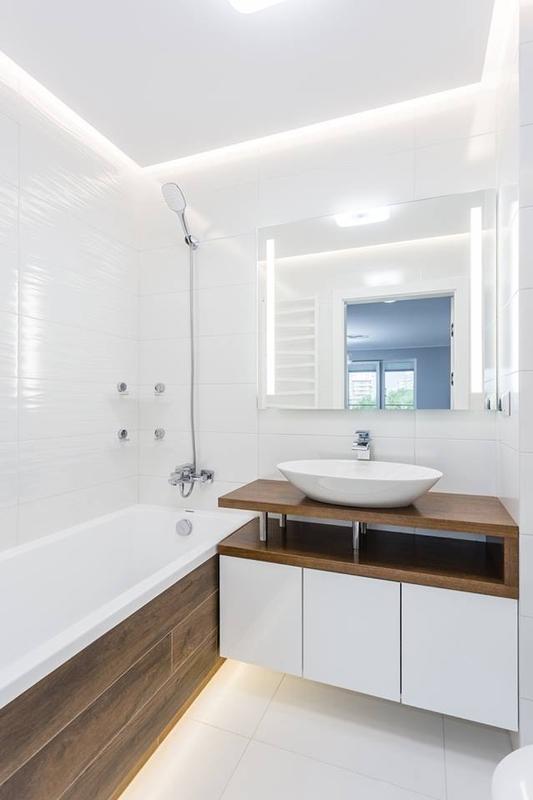Lustro z podświetleniem w łazience w kolorach bieli i drewna