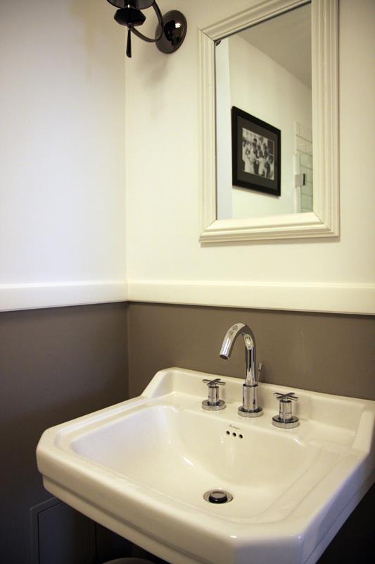 Lustro w białej ramie w łazience w stylu retro
