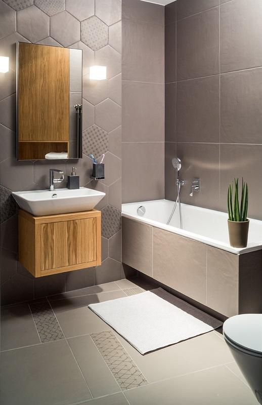 Lustro w szarej łazience z heksagonami