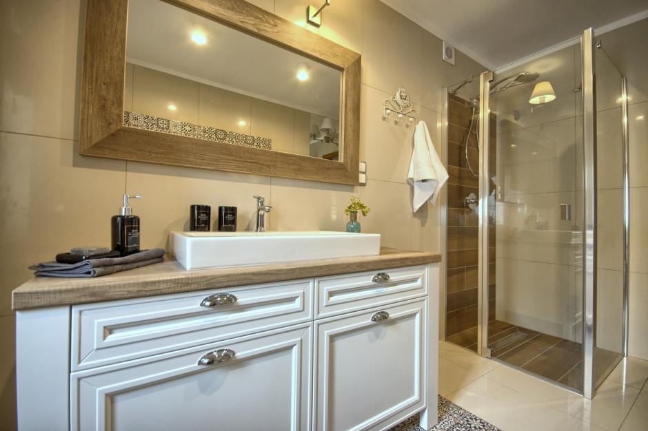 Lustro w solidnej drewnianej ramie w łazience angielskiej