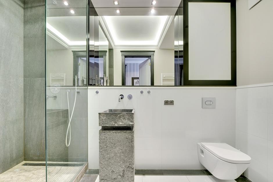 Lustro w łazience z kamienną umywalką