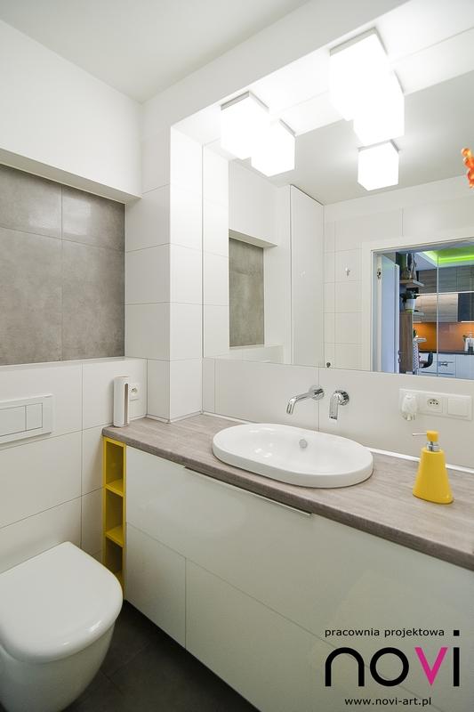 Lustro w łazience ze złotymi dodatkami