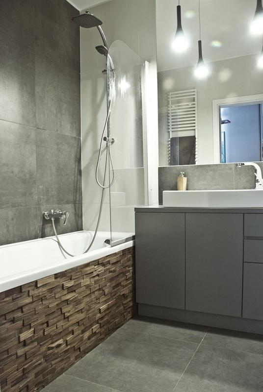 Lustro w łazience z wanną w zabudowie