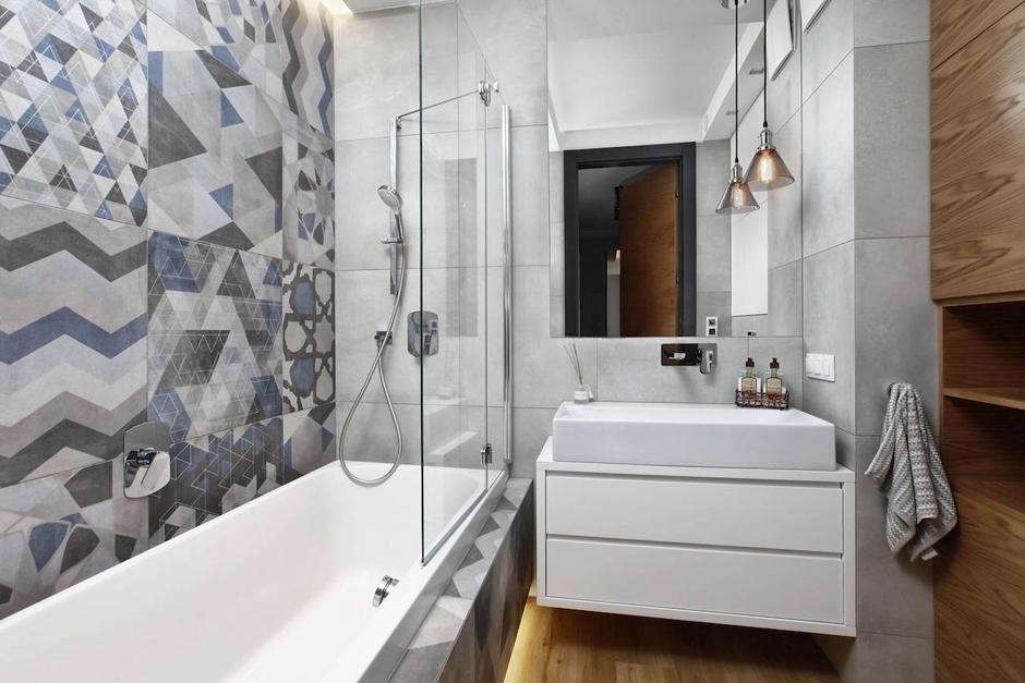 Lustro w łazience z płytkami patchwork na ścianie