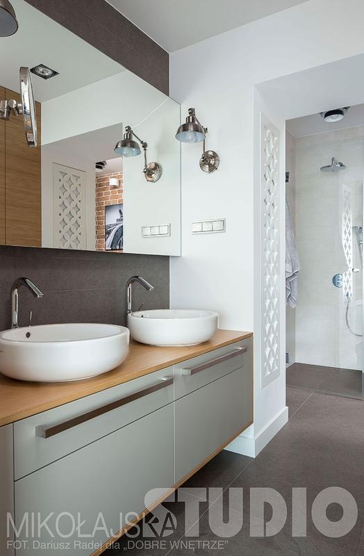 Lustro w łazience z dwiema umywalkami