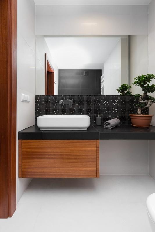 Lustro w łazience z czarną mozaiką
