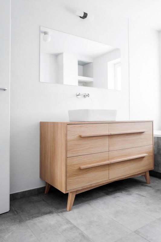 Lustro w łazience w stylu minimalistycznym