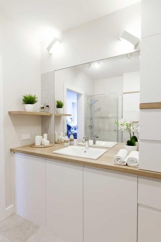 Lustro w łazience w kolorach jasnego drewna i bieli