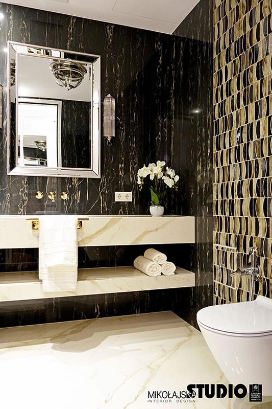 Lustro w eleganckiej łazience z ciemnym marmurem na ścianie