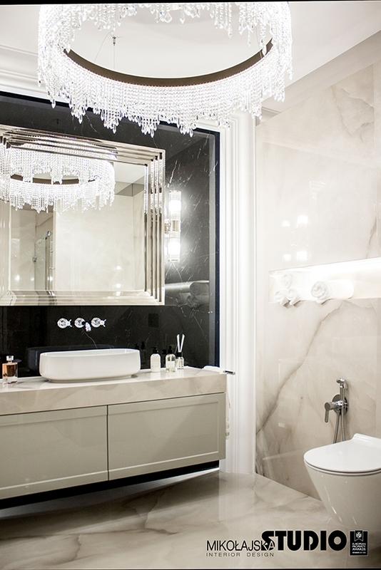 Lustro w eleganckiej łazience w stylu glamour