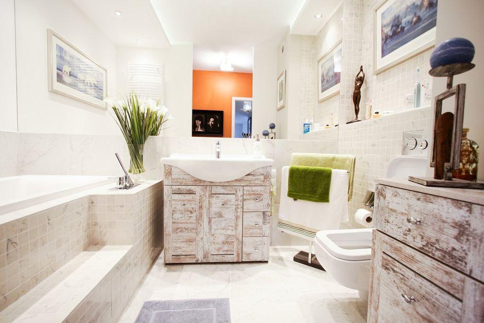 Lustro w dużej łazience z marmurem i drewnem