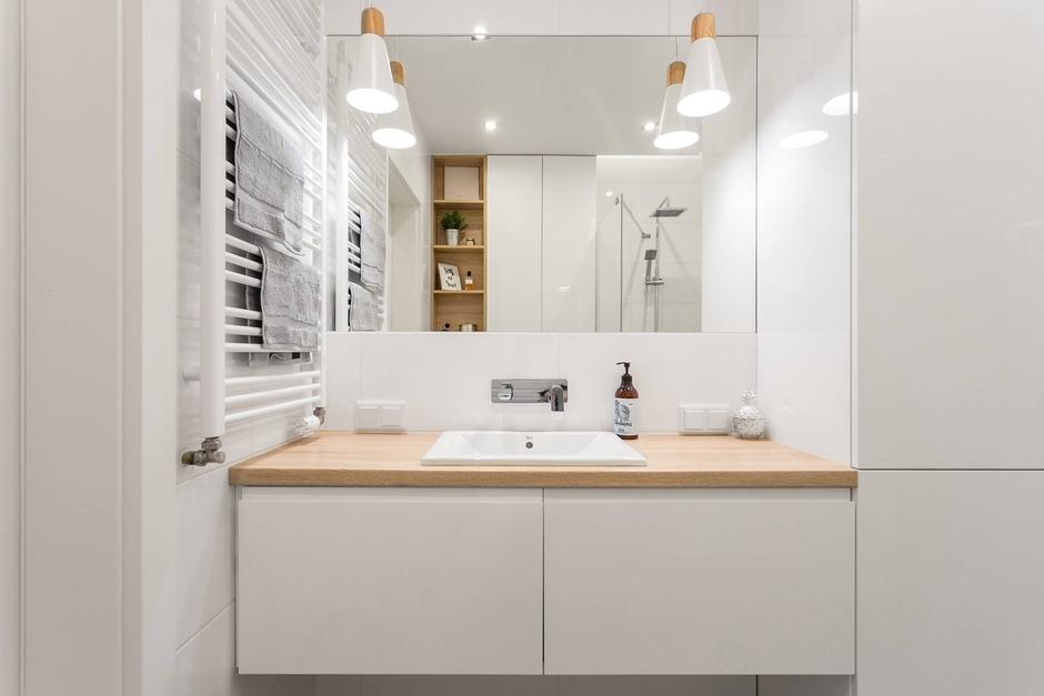 Lustro w białej łazience