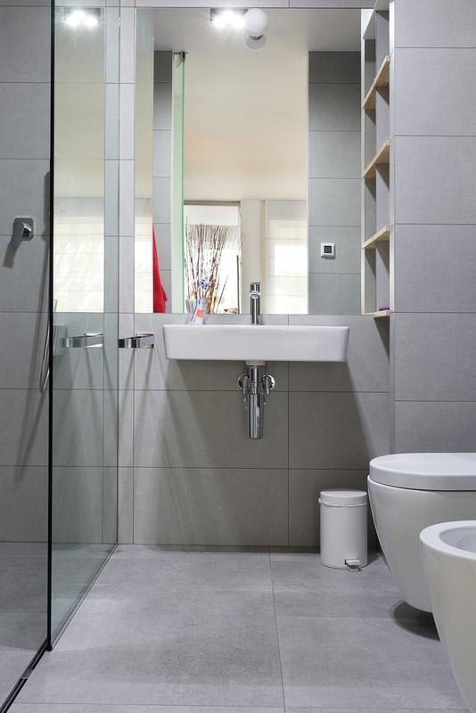 Lustro w aranżacji szarej łazienki