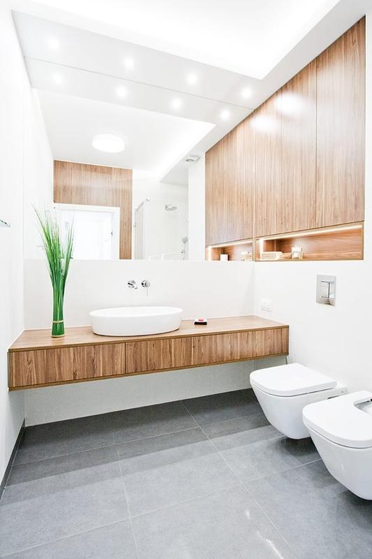 Lustro w aranżacji łazienki w kolorze bieli i drewna