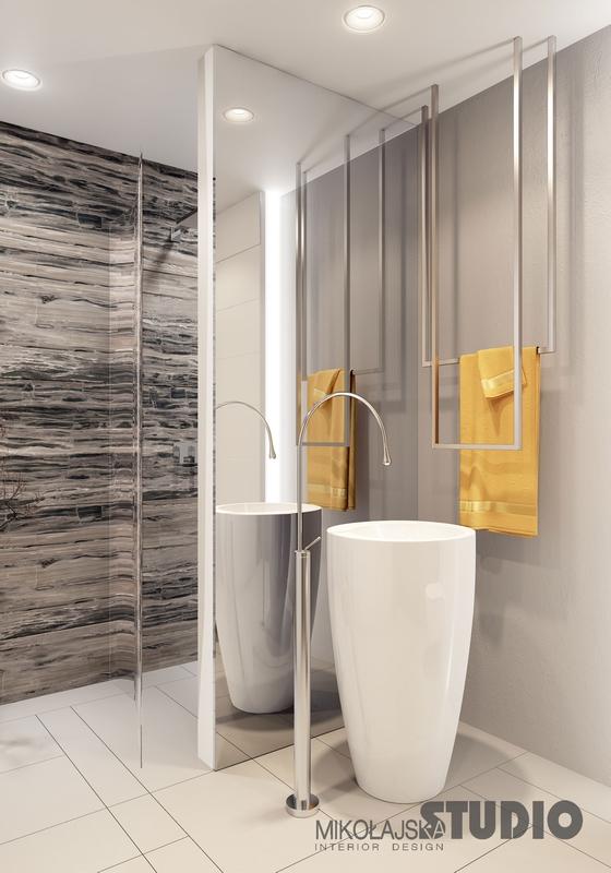 Lustro pokrywające ścianę w łazience z umywalką wolnostojącą
