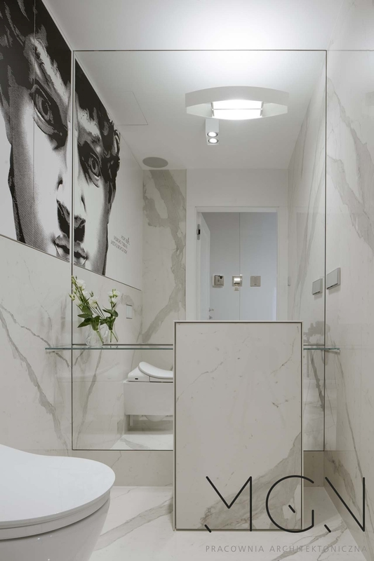 Lustro pookrywające ścianę w łazience z fototapetą