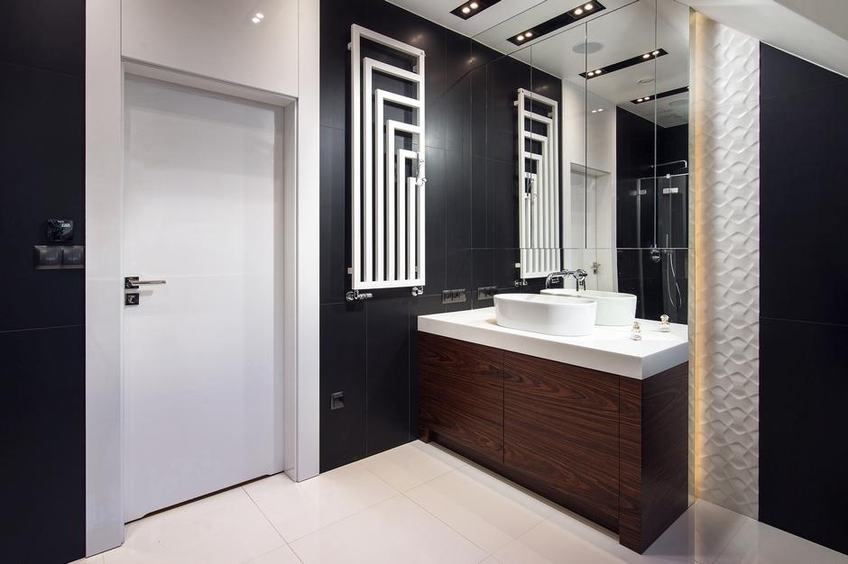 Lustro pokrywające ścianę w łazience na poddaszu