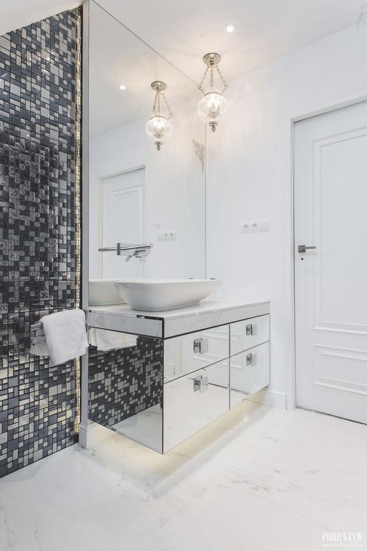 Łazienka glamour z lustrem pokrywającym całą ścianę