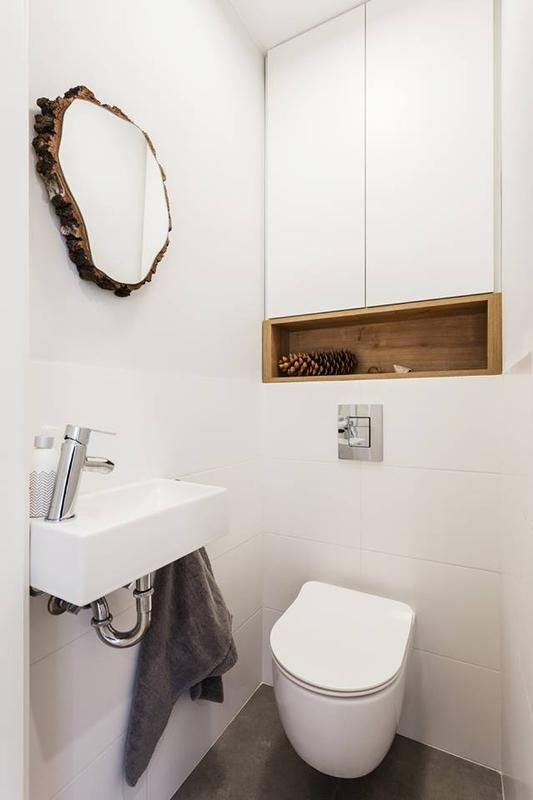 Lustro plaster drewna w małej łazience