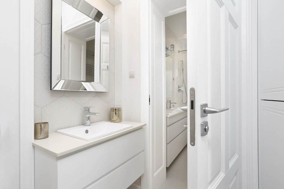 Lustro o lustrzanej ramie w jasnej łazience