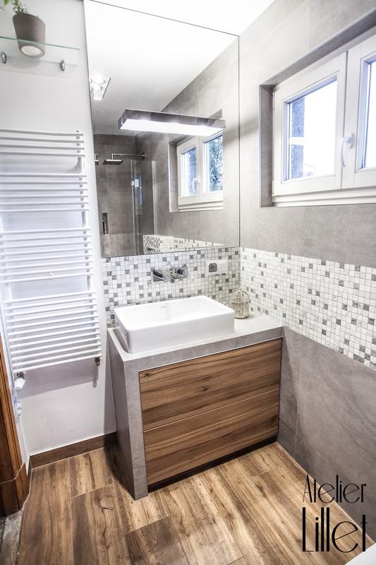 Lustro nad umywalką w łazience z mozaiką