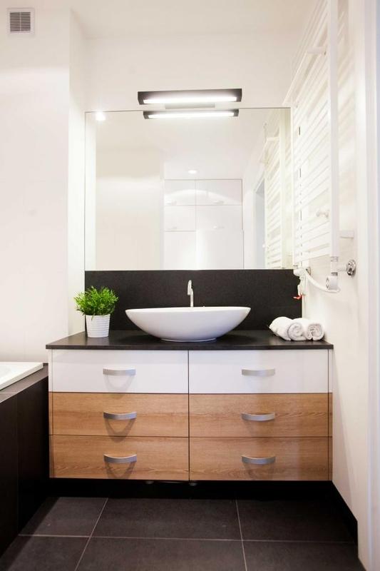 Lustro nad białą umywalką nablatową