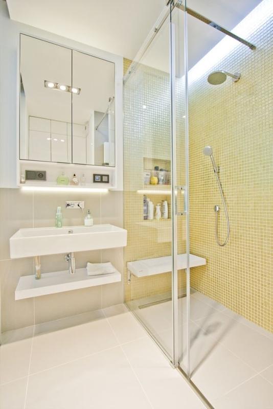 Lustro na froncie nad umywalką w małej łazience