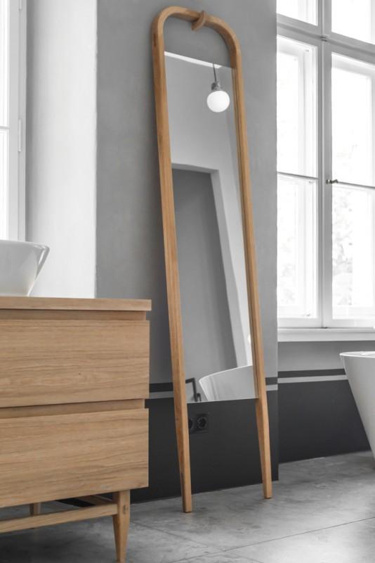 Lustro łazienkowe stojące na podłodze z drewnianą ramą