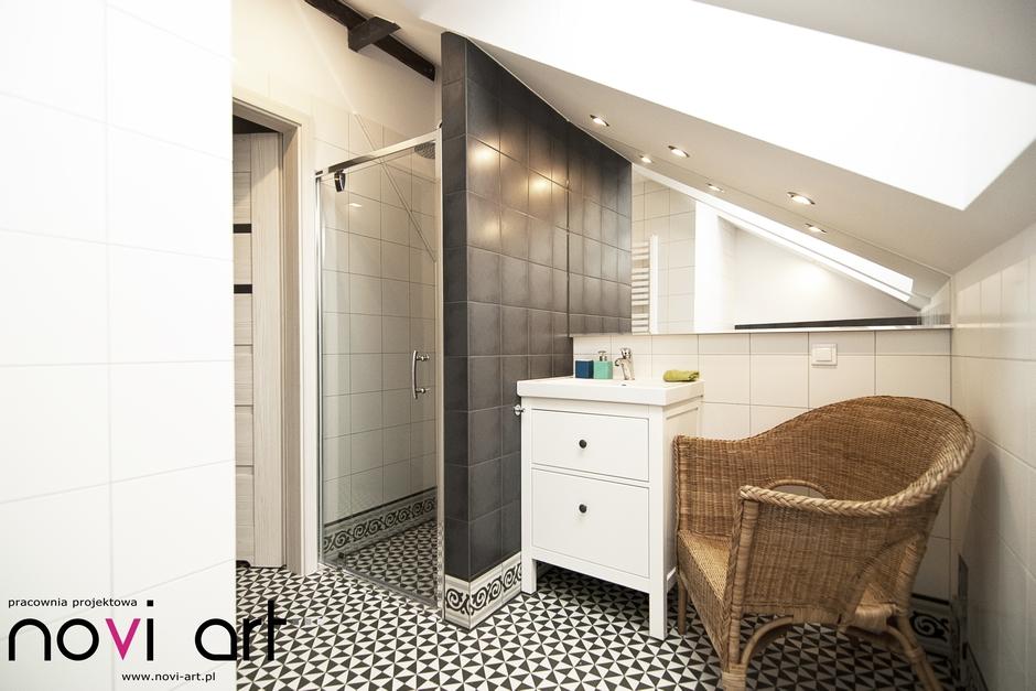Lustro docięte do skosa w łazience na poddaszu