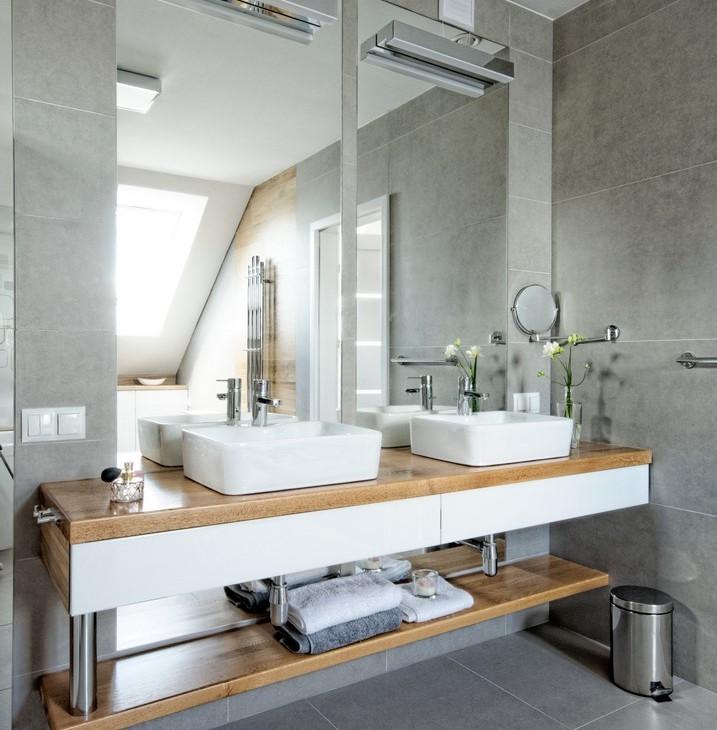 Lustra łazienkowe w łazience dla dwojga
