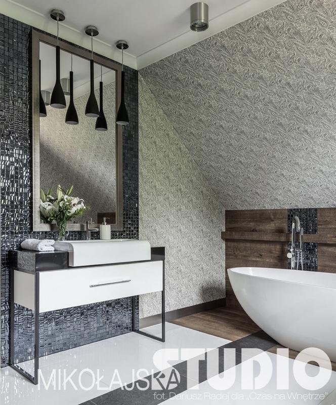 Luksusowa łazienka na poddaszu z dużym lustrem