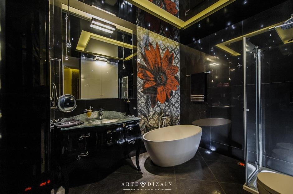 Łazienka w stylu glamour z dużym lustrem