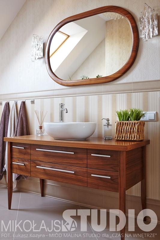 Łazienka w stylu angielskim z owalnym lustrem o drewnianej ramie