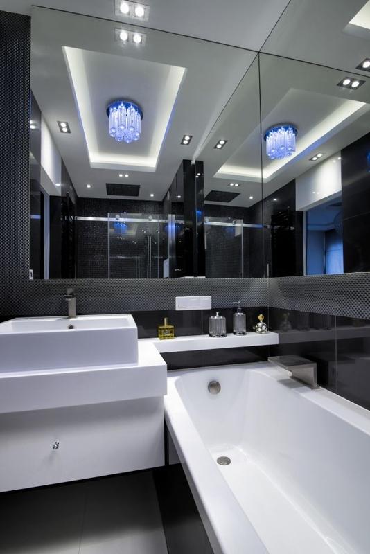 Łazienka glamour z dużym lustrem