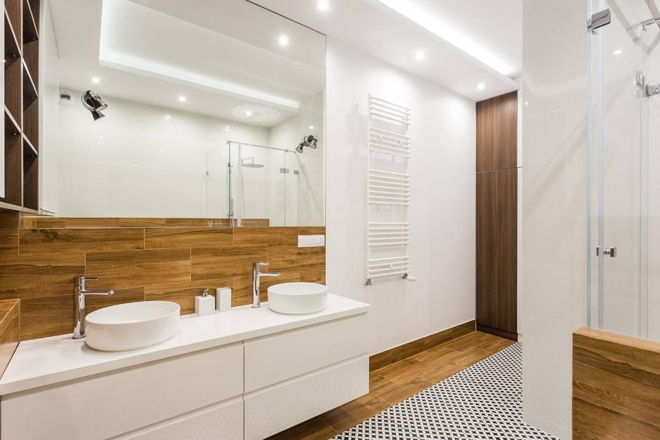 Łazienka dla dwojga z dużym lustrem