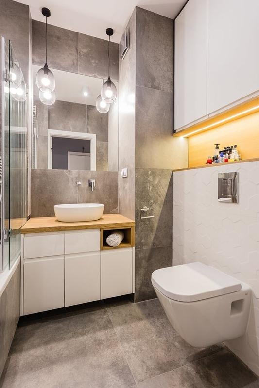 Kwadratowe lustro w małej łazience