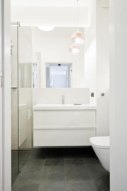 Kwadratowe lustro w białej łazience