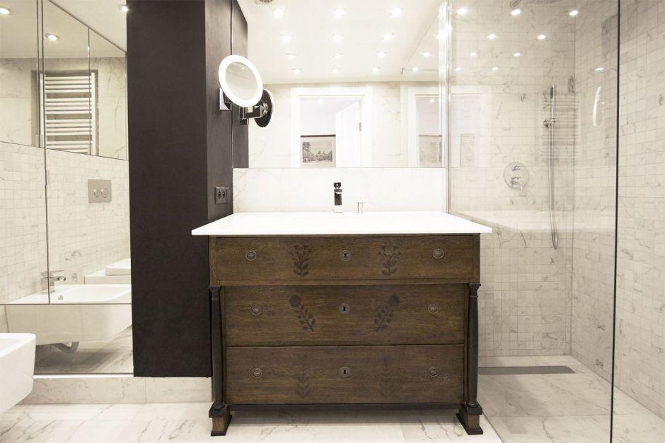 Kwadratowe lustro na ścianie nad umywalką